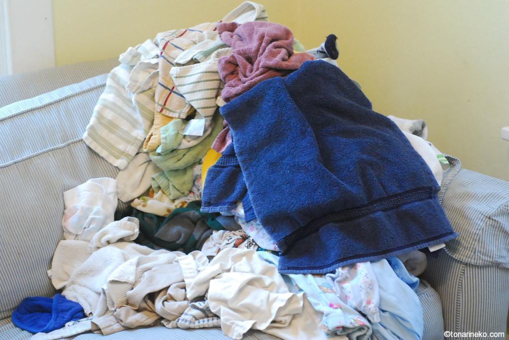 ベッドの上の洗濯物