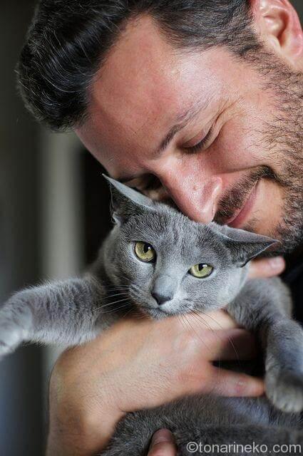 猫と一緒で幸せそうな人